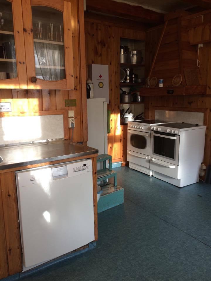 Stor velutstyrt kjøkken med 2 komfyrer, oppvaskmaskin og god benkeplass.