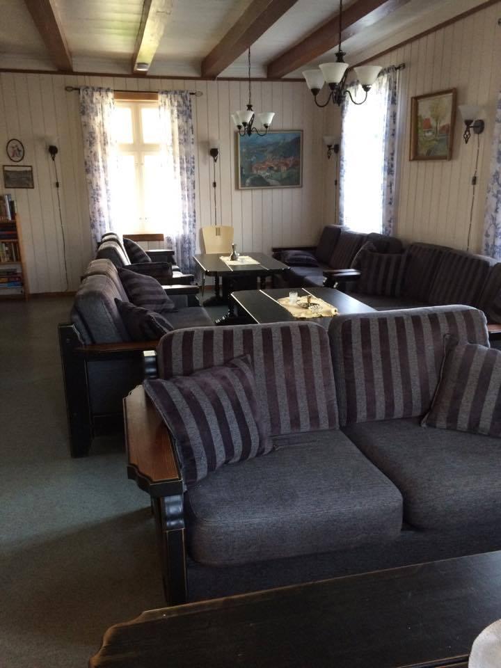 Spisesal med plass til 20 personer og salong med 20 sitteplasser.