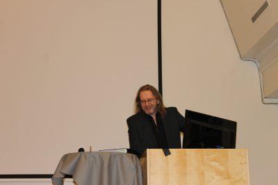 Niels Edvard Killi holdt tale for jubilantene og delte ut diplomer og merker.
